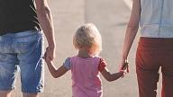 Kādas iezīmes bērni manto no vecākiem, bet ko iegūst vides ietekmē? Skaidro ģenētiķe