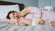 Kā mācīt bērnu gulēt savā gultiņā? Stāsta psiholoģe