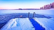 Ziemas peldēšana: Kādi ir riski un ieguvumi?