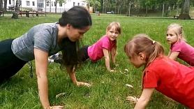 Kā vingrot kopā ar bērniem? Iesaka trenere (VIDEO)