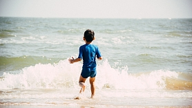 Apdrošinātājs: No bērna plunčāšanās ūdenī līdz nelaimei ir vien dažas sekundes