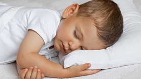 Bērnu slimnīca: Latvijā vēl ir daudz bērnu ar nediagnosticētiem elpošanas traucējumiem miegā