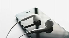 Kā mūzikas klausīšanās austiņās var ietekmēt dzirdi?