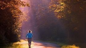 Kādu labumu mūsu veselībai dod pastaigas mežā? Stāsta ģimenes ārste