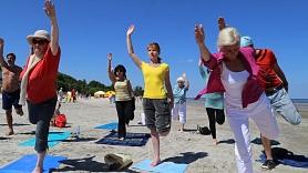 Aicina apmeklēt bezmaksas jogas, ciguna un nūjošanas nodarbības jūras krastā