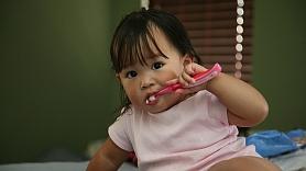 Septiņi triki, kas motivēs bērnu tīrīt zobus