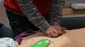 Kā savlaicīgi sniegt pirmo palīdzību, izmantojot automātisko ārējo defibrilatoru? (VIDEO)