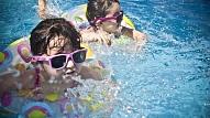 Kā iemācīt bērnam peldēt? Skaidro treneris