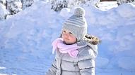 Kā izvēlēties bērnam piemērotu ziemas apģērbu? Skaidro pediatre