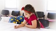 Kā palīdzēt bērnam pārvarēt kautrīgumu? Skaidro psiholoģe