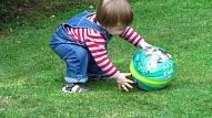 Kā pareizi veicināt bērna fizisko attīstību? Skaidro fizioterapeite
