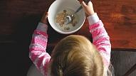 Kā plānot maza bērna ikdienas ēdienreizes? Iesaka eksperti