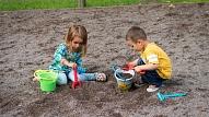 Kā rīkoties, ja bērns nevēlas dalīties ar rotaļlietām?
