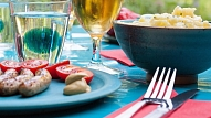 Kā svētkos nepārēsties un izvairīties no paģirām nākamajā dienā? Iesaka uztura speciāliste