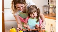 Kāpēc svarīgi iesaistīt bērnus kopīgā maltītes pagatavošanā?