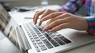 Aptauja: Teju katrs 4. iedzīvotājs pie datora vidēji dienā pavada vismaz 9 stundas