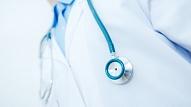 Biedrība: Ārstu blakusdarba ierobežošana var novest pie kritiska medicīnas personāla trūkuma