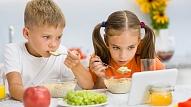 Kā atradināt bērnu no mobilo ierīču lietošanas ēšanas laikā? Skaidro psiholoģe
