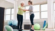 Kā trenēt līdzsvara izjūtu, mazinot kritienu risku? Stāsta ārste