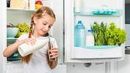 Kādai pārtikai jābūt ledusskapī, ja bērns paliek mājās viens? Iesaka uztura speciāliste