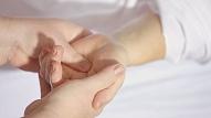 Ko darīt, ja regulāri nomoka roku tirpšana? Skaidro neiroloģe