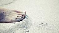 6 iemesli, kāpēc ir vērts staigāt ar basām kājām