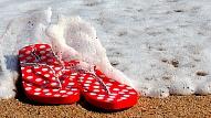 8 iemesli, kāpēc tev vairs nekad nevajadzētu vilkt pludmales iešļūcenes ikdienā