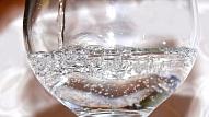 Aptauja: 64% Latvijas sievietes izvēlas dzert vairāk ūdens, lai saglabātu jaunu ādu
