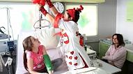 Darbu Bērnu slimnīcā sāk Latvijā pirmā dakteru-klaunu komanda