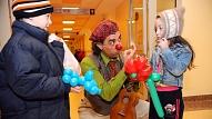 Jūlijā darbu Bērnu slimnīcā sāks Latvijā pirmā dakteru-klaunu komanda