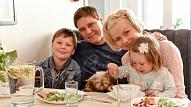 Ko ikdienā ēd sabiedrībā pazīstamu cilvēku bērni? Ēdienkartes komentē uztura speciāliste
