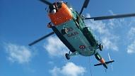 Krasta apsardzes dienests veic mācības, simulējot cietušā glābšanu