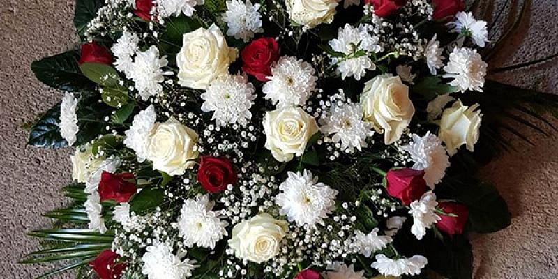 Ziedi, vainagi, sēru pušķi